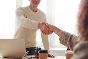 אדם לוחץ יד למנהלת שלו